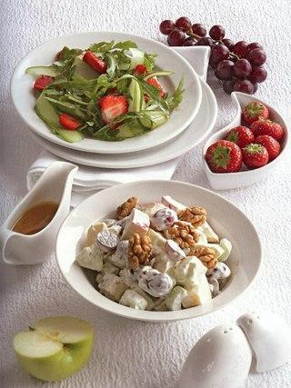 Фото рецепта: Салат Уолдорф и салат из клубники с огурцами