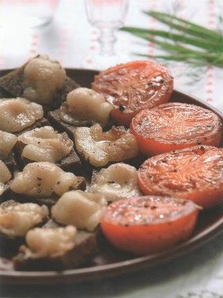 Фото рецепта: Помидоры с жареным хлебом и салом