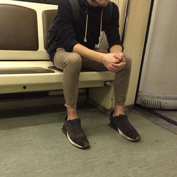 парень в обоссаных штанах