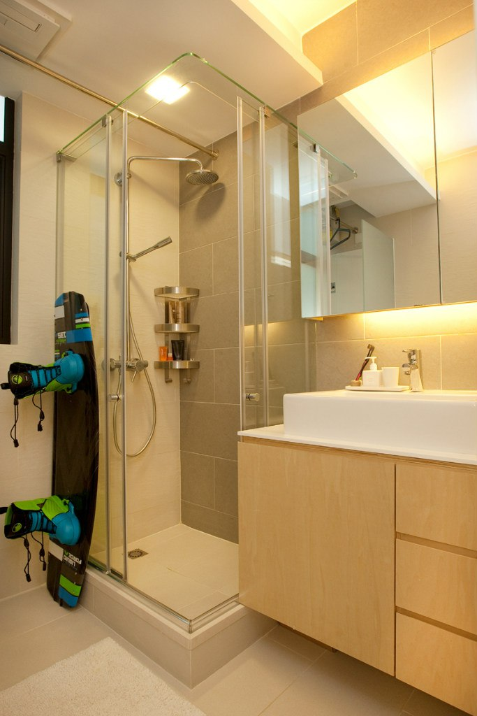 Интерьер квартиры 42 м в Гонконге с зонированием раздвижными перегородками и подиумом.