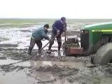 Случай на дороге # Старенький трактор John Deere в грязи буксует мпо бездорожью