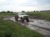 Случай на дороге #Русский самодельный внедорожник буксует в грязи по жуткому бездорожью