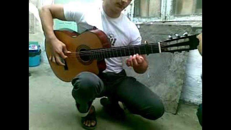 смотреть всемСУПЕР!!Даги играют на гитаре в паре.mp4