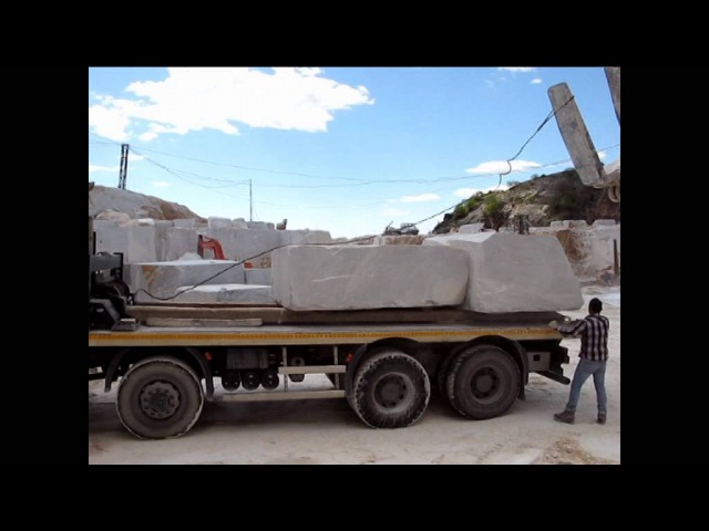 Astra HD9 520 8x8 per trasporto blocchi di Marmo alle cave di Carrara