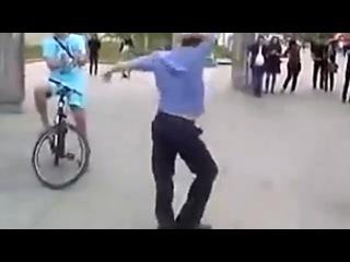 Мент классно танцует  — смотрите бесплатно самые смешные видео ролики и приколы на сайте Rutube без регистрации