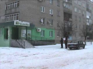 В Сумской области двое студентов пытались снять государственный флаг Украины.
