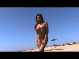 сексуальная мулатка в микро бикини на берегу океана