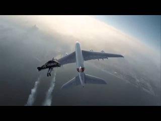 Emirates сняла потрясающий ролик о совместном полете человека и авиалайнера Airbus A380