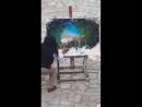 рисует руками