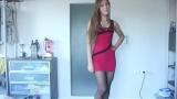 Красивая брюнетка в красном мини платье