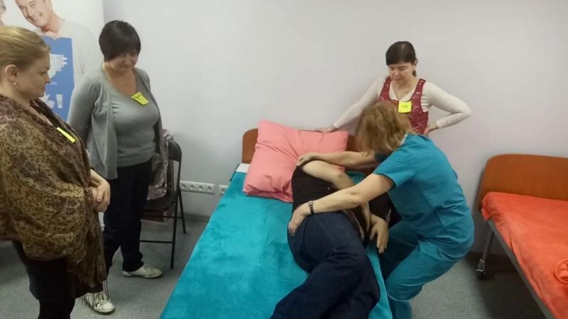 Секрет ухода как перевернуть больного и не надорвать спину