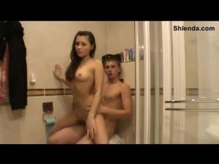Молодую 18лет школьницу проститутку юлю жестко трахают в ванной в анал на вписке