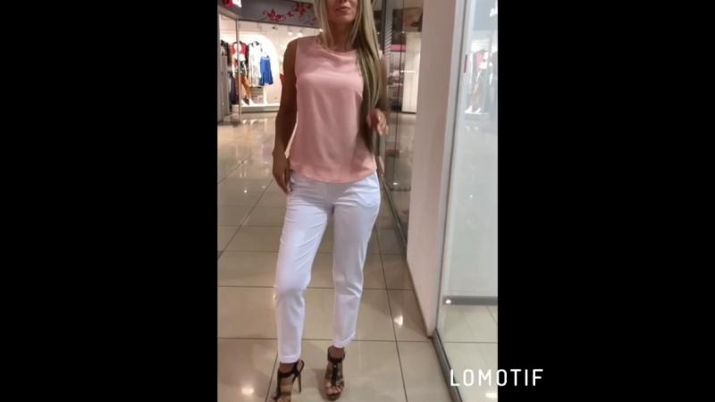 Белые брюки и блузка пудра без рукавов