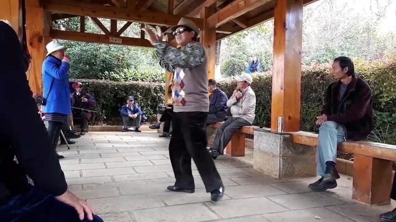 Дедушки и бабушки в Китае креативно проводят досуг. В парке Ченгонга в воскресный день. Они потом со мною и Подмосковные спели.