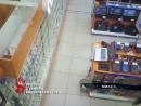 Как воришка унес телефон из магазина сняла камера наблюдения. Ущерб придется оплачивать продавцам