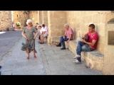 Испанский уличный музыкант играет фламенко