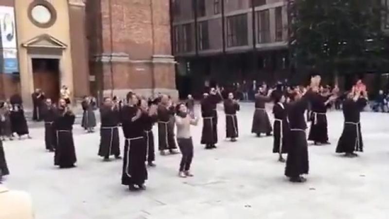 Монахи-францисканцы танцуют