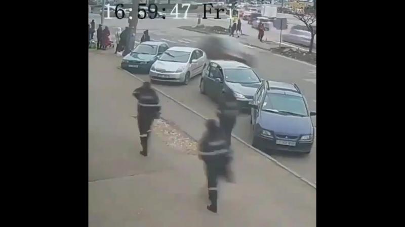 Девушка-водитель пытается выехать задним ходом