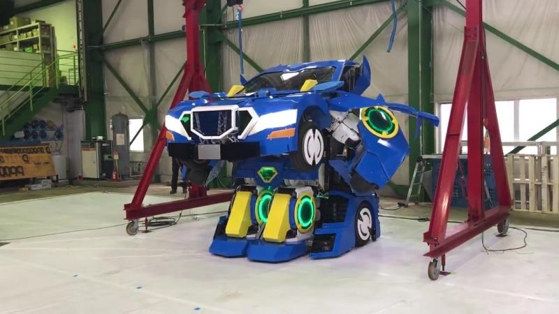 В Японии показали робота-трансформера, который превращается в автомобиль. `1``