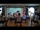 Девчата танцуют танец со шлямами