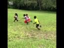 Очень шустрый парниша играет в американский футбол
