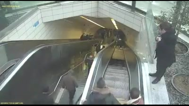 Tüpsüz_TV_Yürüyen_merdivenler_duruyorsa_sakın_oradan[fbdown.me]