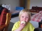 Девочка ест лук