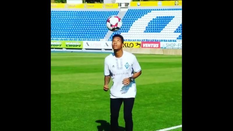 Че Че набиває мяч на стадіоні імені Валерія Лобановського