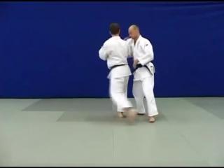 Uchi makikomi - Бросок через спину вращением с захватом руки на плечо («вертушка»)