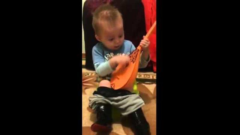 Мальчик на горшке играет на домбре