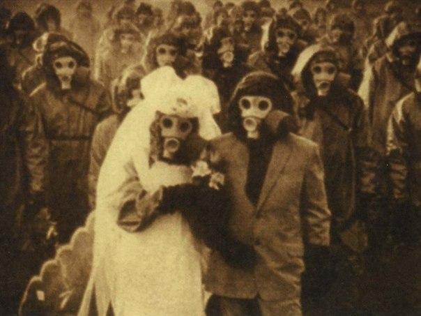 острова идзу — свадьба в противогазе воздух одного из вулканических островов идзу — миякэдзима, что находится у побережья японии, полон серы: вулкан ояма грозит извержением, и никогда не бывает