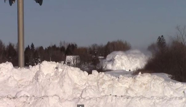 В Канаде поезд «прорубает» себе путь через сугробы. Видео