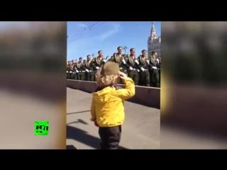 Солдаты отдали воинское приветствие маленькому мальчику на репетиции парада 9 мая