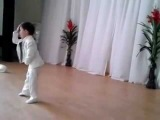 Малыш танцует, как Майкл Джексон