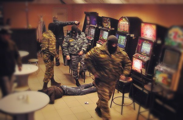 В Таганроге полицейские и ОМОН накрыли ОПГ, занимавшуюся  незаконной организацией азартных игр