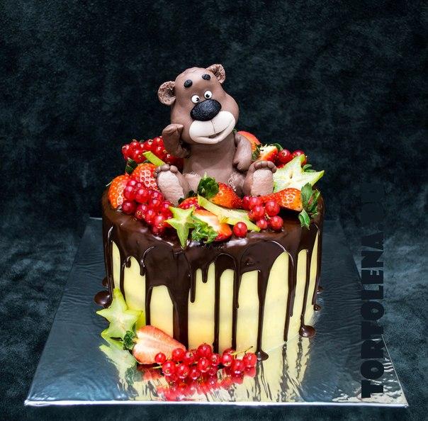 Торт с мастикой и ягодами