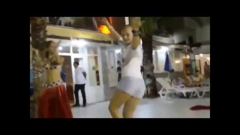 Русская красавица показала как надо танцевать восточной девушке