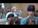 маленькая девочка дирижирует хором))