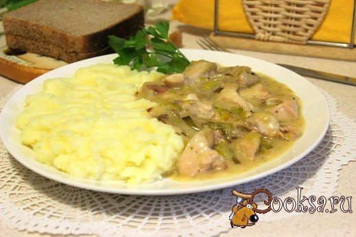 Куриное филе с беконом и пореем в сметанном соусе Простое и быстрое в приготовлении, вкусное, сытное и ароматное блюдо для домашнего ужина или обеда.