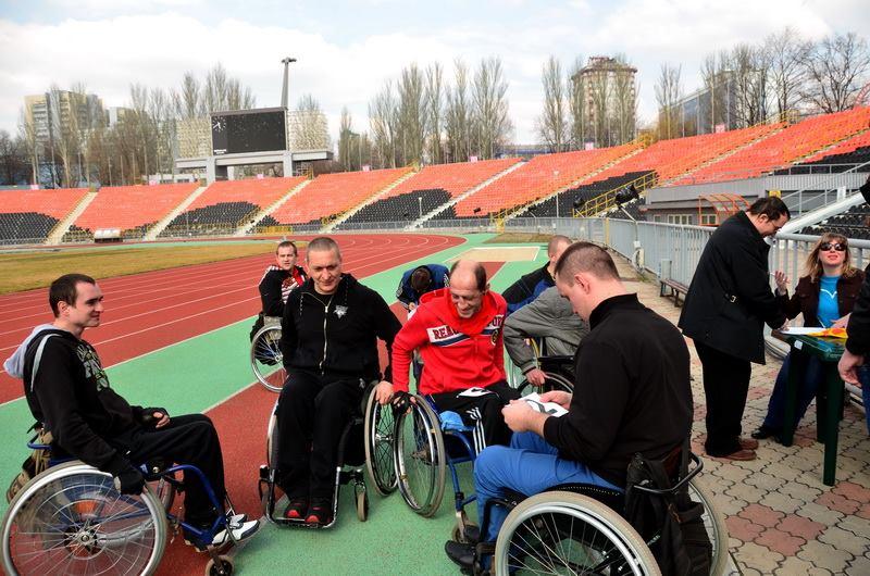 Марафон колясочников на Олимпийском. Фото Евгения Карпачева