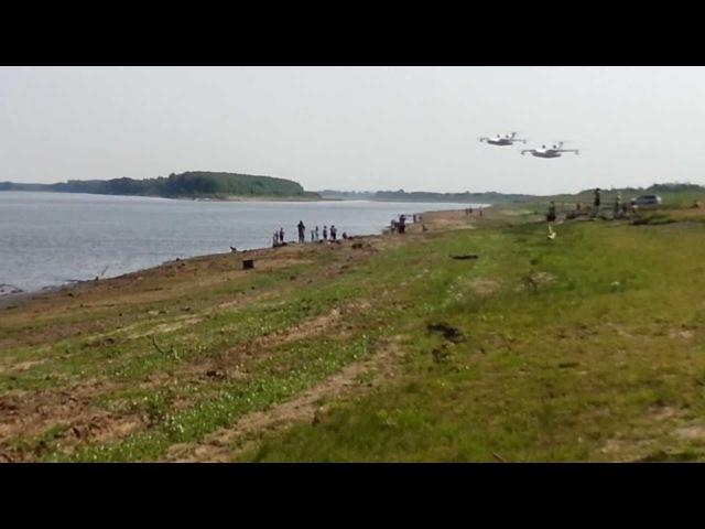 два самолета БЕ-200 набирают воду на реке Обь