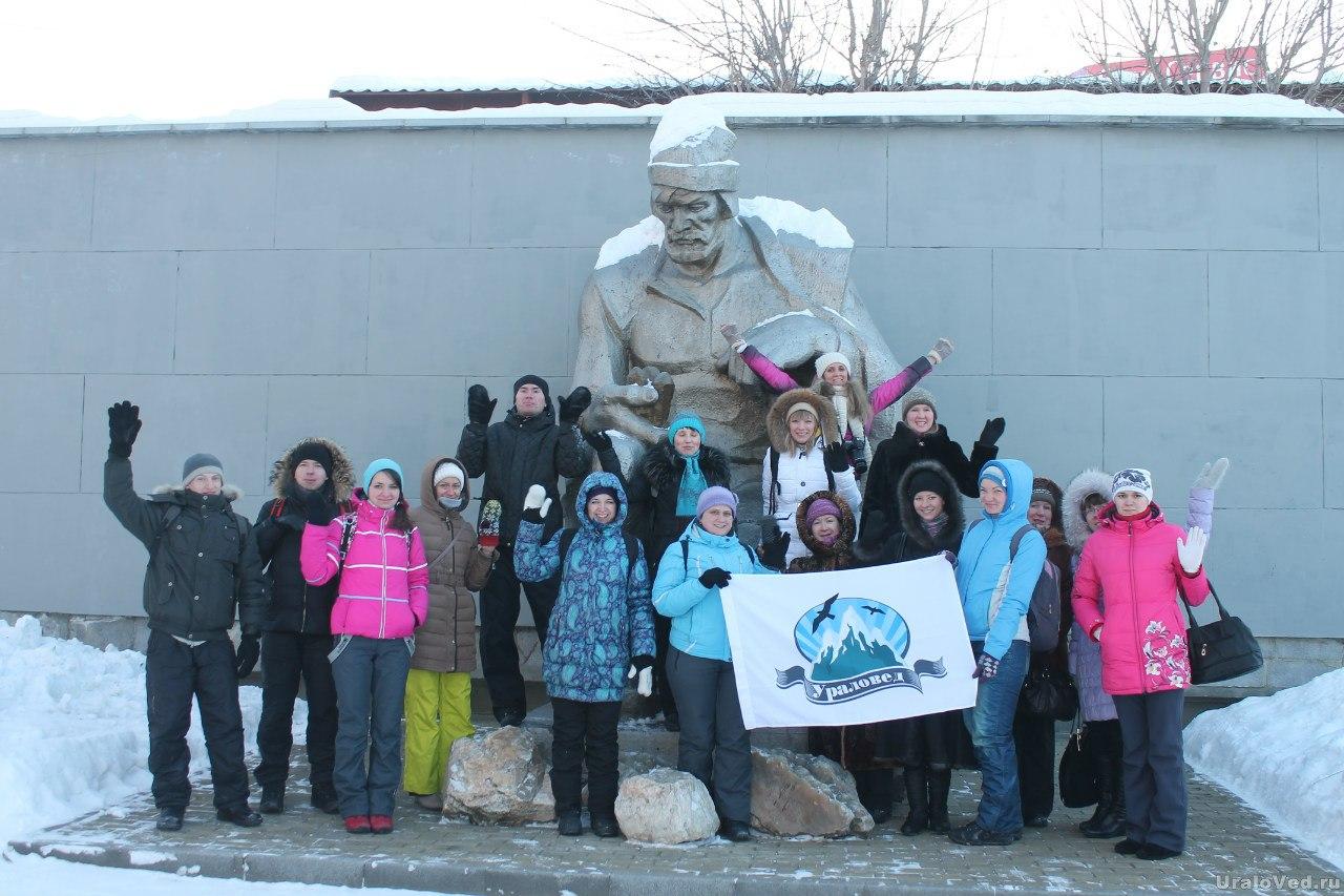 Участники поездки у памятника Ерофею Маркову
