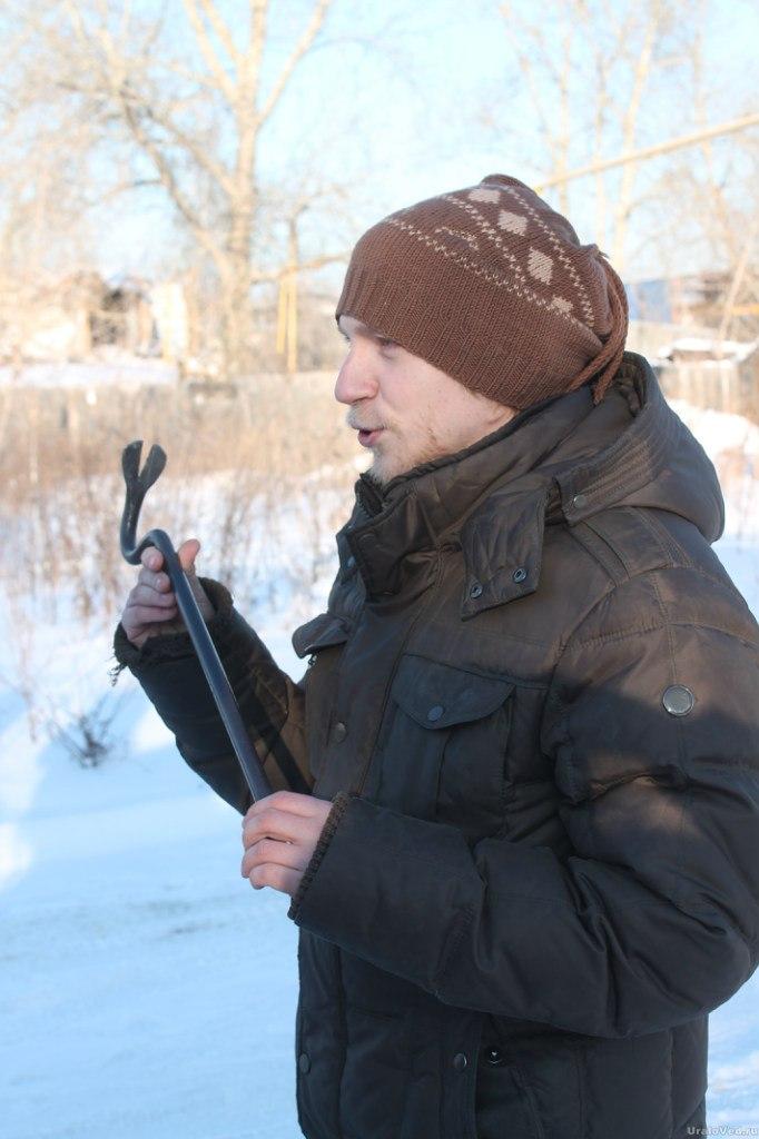 Экскурсовод Анатолий Каптур проводит инструктаж перед спуском в учебную шахту
