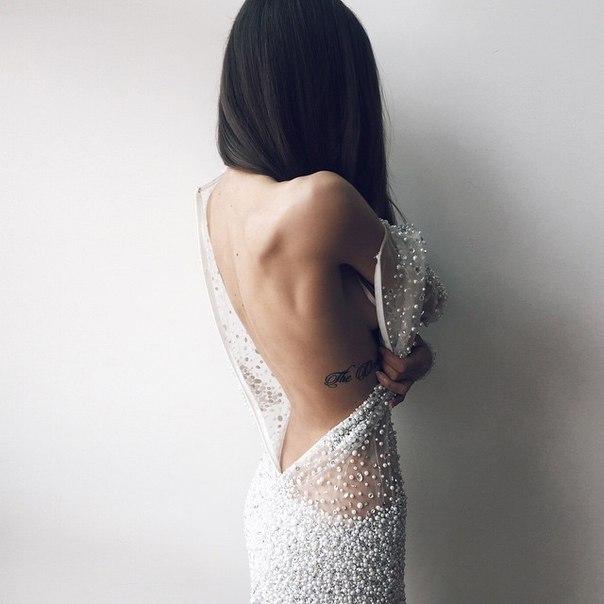 Необычные фото девушек со спины брюнетки в одежде