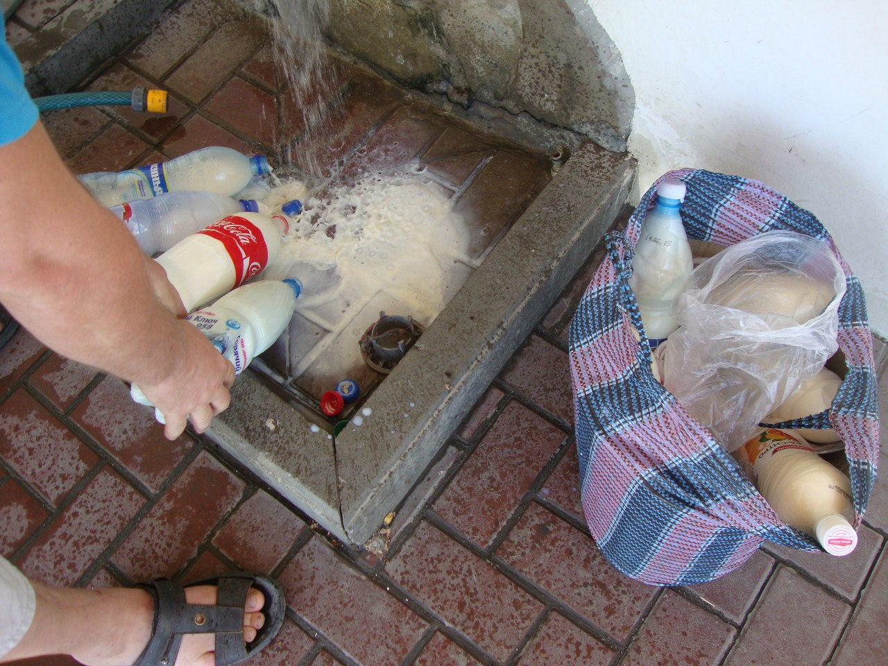 В Азове торговали молоком с земли