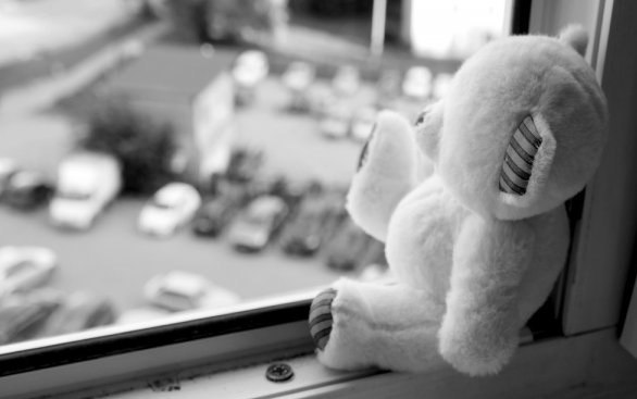 В Таганроге из окна пятого этажа выпала 2-летняя девочка