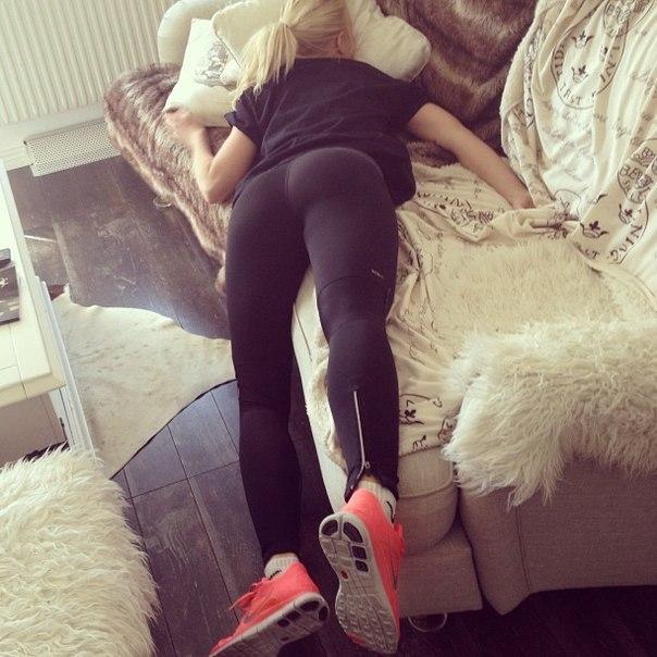 Усталая девушка пришла домой — photo 10