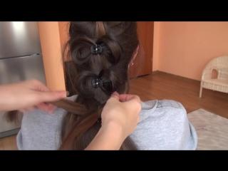 Романтическая прическа с бантиками из волос
