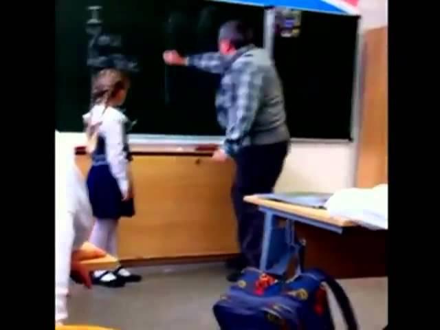 Маленькая школьница ударила учителя по яйцам (Ю это ТЫ)