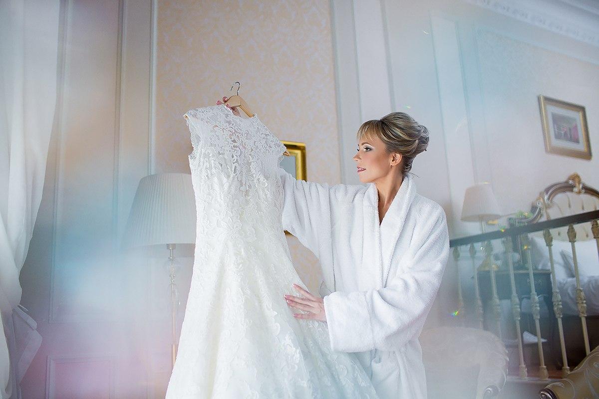 невеста держит свое платье